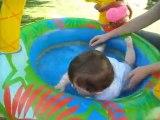 bébé se baigne