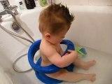 Ethan dans son bain a 7 mois 1/2
