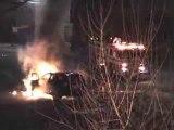 Un homme ivre pousse sa voiture en feu