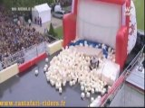 Taig Khris saute de la tour Eiffel pour un mega jump