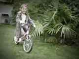 Emma fait du vélo sans les roulettes