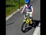 Aodren fait du vélo à 2 roues (+2 petites roues ;) )