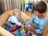 20100616 Romain et Nico jouent dans le parc