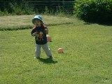 Lucas qui marche dans l'herbe