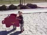 Lucas fait du toboggan