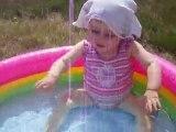 Trempette dans la piscine