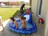 Juin 2010 - Anniversaire Lucile - tout le monde à la piscine