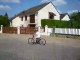 Théo sur le grand vélo (en chantant scooby-doo)