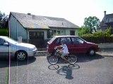 Théo sur le grand vélo (chantant 1 2 3 nous irons au bois)