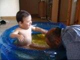 kiki et papy dans la piscine