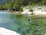 20100704 Nico et papa nagent ds la riviere Corse