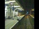 Sui binari col treno in arrivo: salvo per un pelo