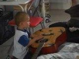 enzo joue à la guitare