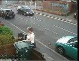 Une dame jette un chat à la poubelle- scandaleux