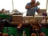 un sculpteur sur bois d'animaux , chevaux , etc ... !!!!