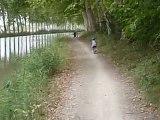 justine fait du vélo sans roulettes