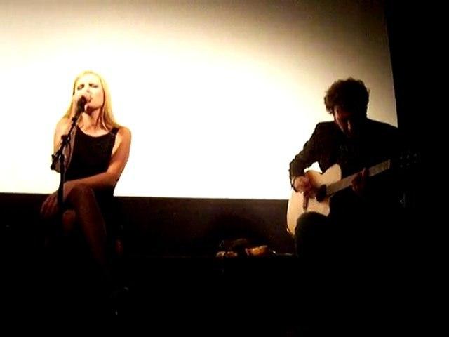Elodie Frégé en showcase - Les heures inertes