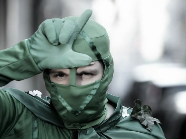 Le Green Boy and the Dirty Girl, par Jérome Genevray. Le super héros écolo à Paris.
