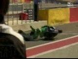 Crash moto : Chute à l'entée des stands