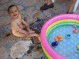 Anaël dans sa piscine (13 mois)