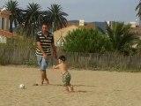 ethan joue au foot avec papa