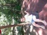 Une petite fille sur une balançoire ...