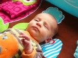 Clarence 2 semaines sur son tapis d'éveil