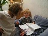 Augustin lisant le journal