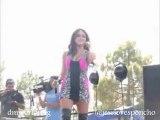 Dulce Maria cantando No Pares en Viva Los Dodgers