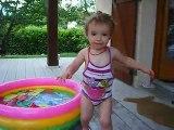 Justine dans sa piscine ...