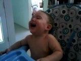 bebe riendo a carcajadas