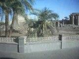 Arrivée en car à Louxor ( Egypte) - vue du temple de Louxor