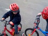 Ethan fait du vélo sans roulettes