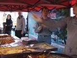 Vendeur d'accras de morue sur le marché de l'Estacade