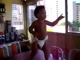 Bébé danse mort de rire! Bébé baby crazy hilarious