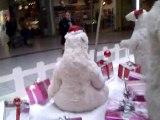 Lukas et les décorations de Noël au centre commercial