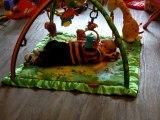 Grégoire sur le tapis d'éveil pour la première fois