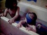 Camille et clement dans le bain