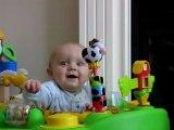 Bébé mort de rire puis effrayé - trop marrant [Cute baby]