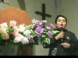 un enfant chante jesus
