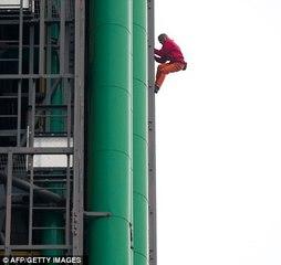 Alain ROBERT escalade le Centre Pompidou - Beaubourg à Paris
