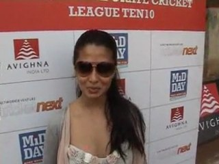 Riya Sen playing cricket at MiD DAY Corporate Cricket League