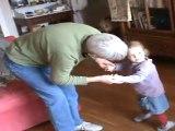 cap sur les genoux d'Aurel et danse avec sa mamie