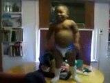 0239 - Bébé fun qui danse 2