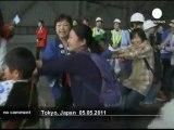 Des enfants japonais tirent un avion à la... - no comment