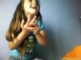 ma petite niece alison qui  dit un message pour la fete des meres a sa maman elle es trop marrante