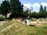 Comment foutre en l'air la roue arrière du vélo d'un pote sur un backflip ^^'