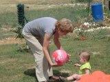 rapha 11mois et demi qui joue au ballon avec mamie