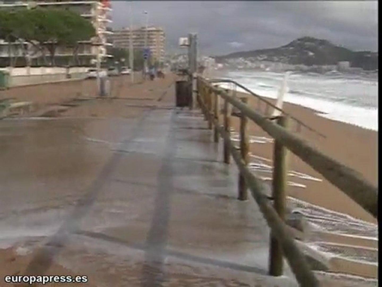 El fuerte oleaje destruye playas