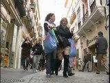 Sevillanos realizando sus últimas compras